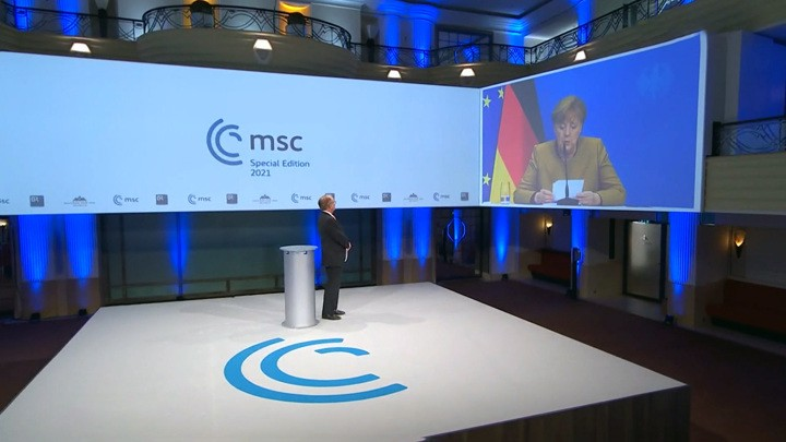 """Das russische Fernsehen über die Lage in der EU: """"Merkwürdige Merkel und Moleküle der Unfreiheit"""""""